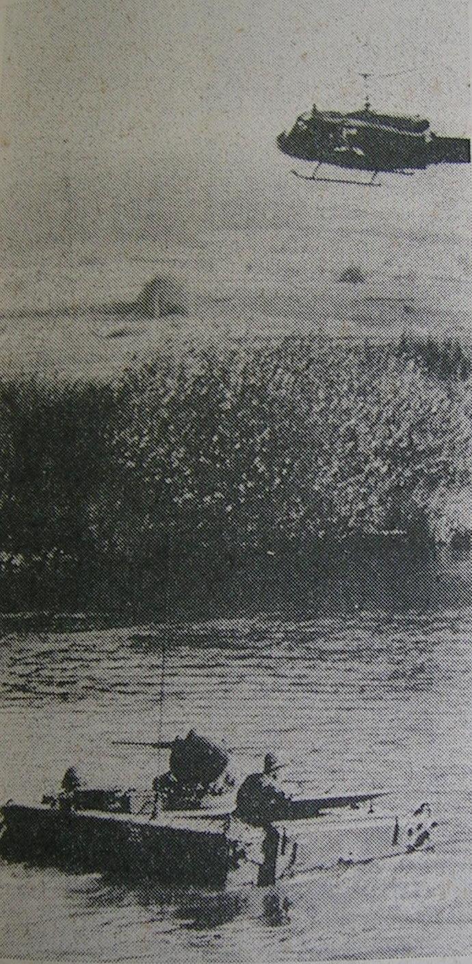 M113 im Wasser und Bell UH 1D