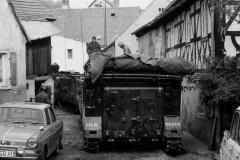 M113 in einer Gasse in Dippach