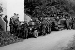 Lagebesprechung am Jeep M151 A1