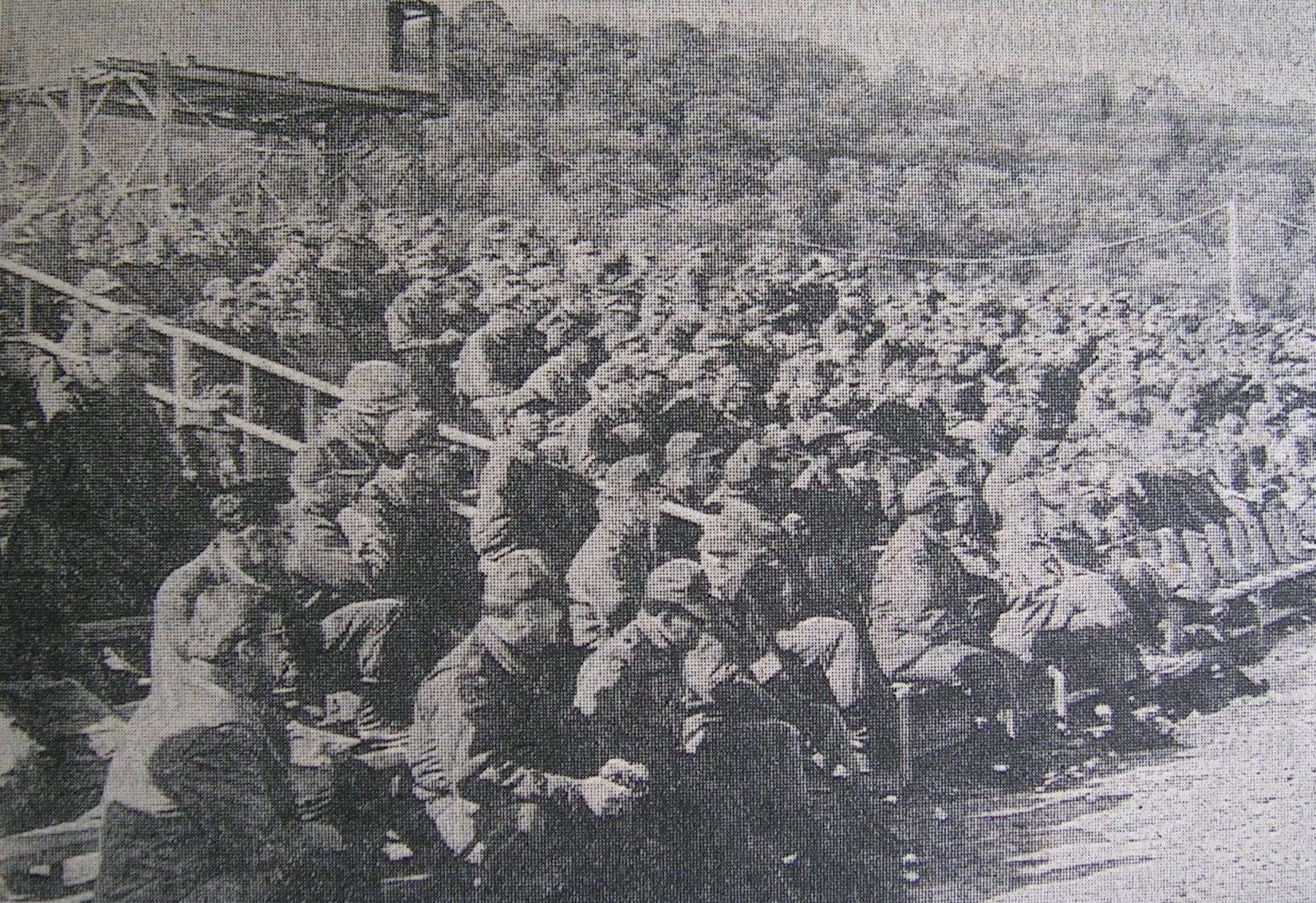 US-Soldaten sitzen auf Stahlrohrtribüne