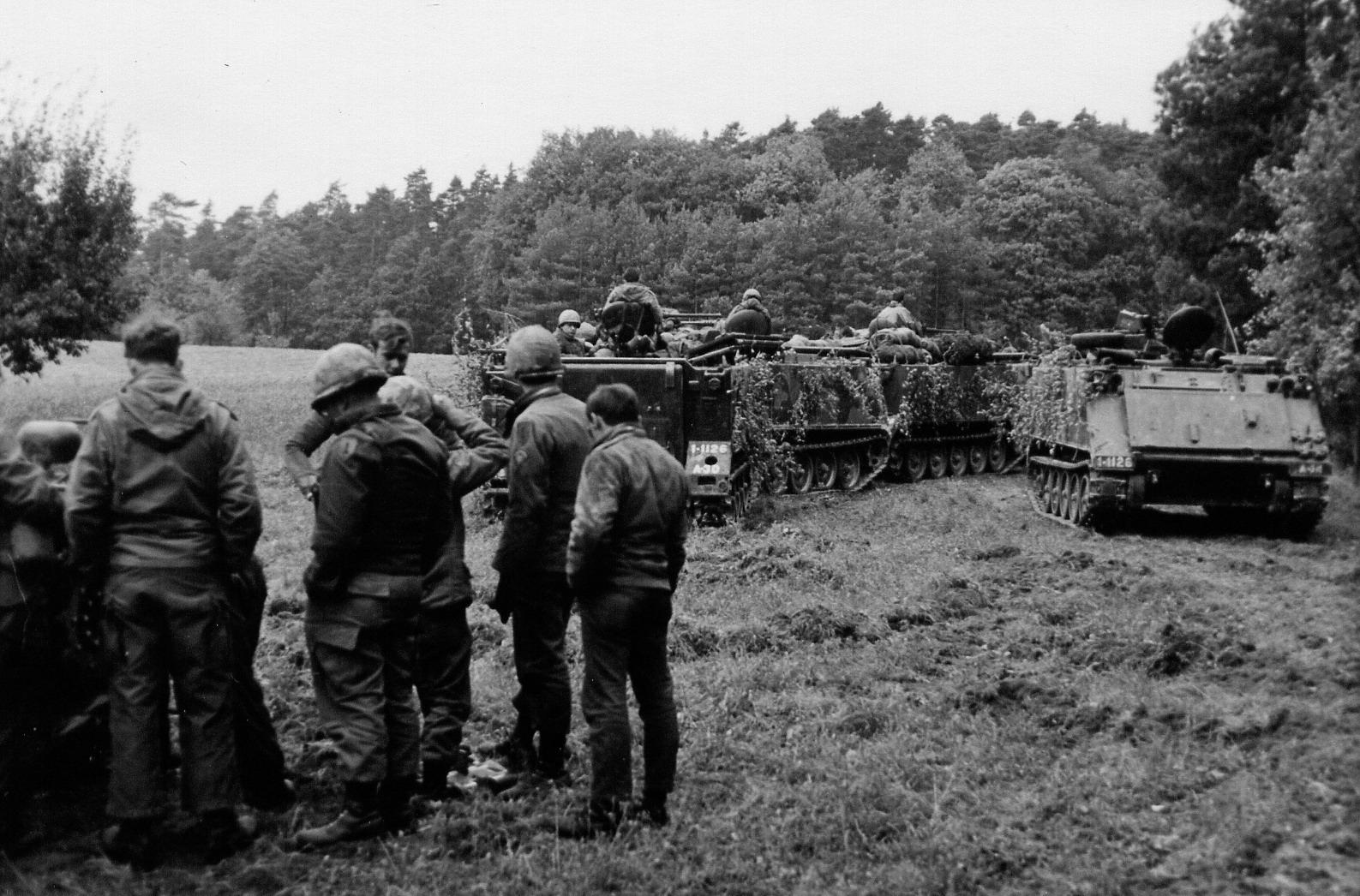 Einsatzbesprechung M113, Soldaten am M151 Jeep