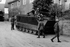 Reforger 1970 - US Soldaten und M113 in einer Ortschaft
